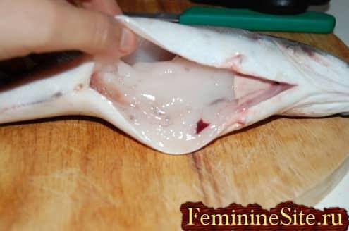 разрезка брюха рыбы