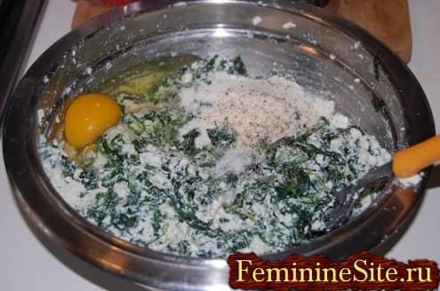 Рецепт пирога со шпинатом и сыром - добавить яйцо и специи