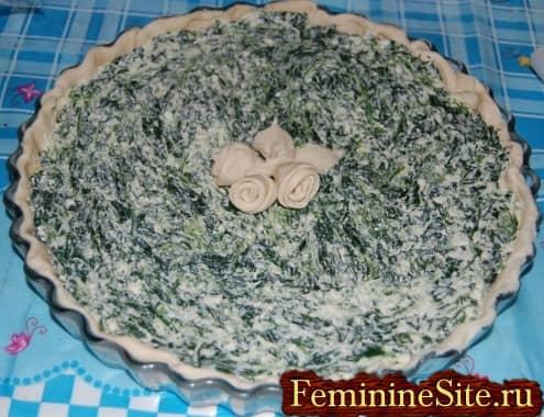 Рецепт пирога со шпинатом и сыром - положить начинку в тесто
