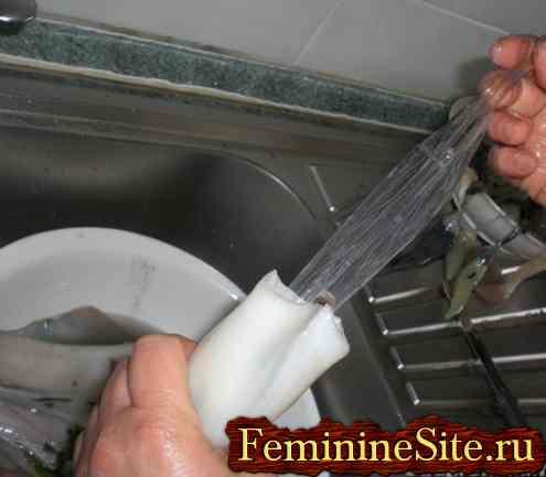 Как почистить кальмары