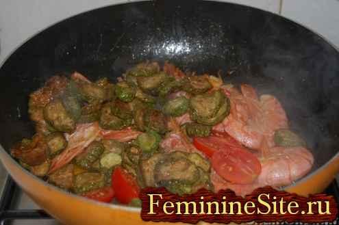Макароны с креветками цукини и помидорами