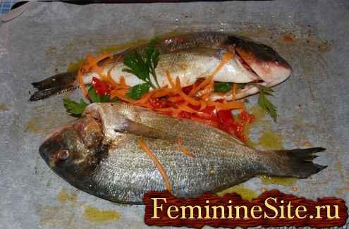 приготовленная для запекания фаршированная рыба