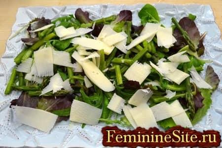 посыпать салат хлопьями сыра